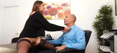 El jefe alucina con la nueva secretaria - Maduras