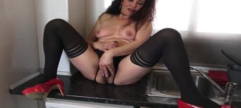 Grabo cachonda a mi tía desnuda en la cocina - Masturbaciones