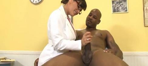 Lisa Ann follada por un paciente negro y dotado - Interracial